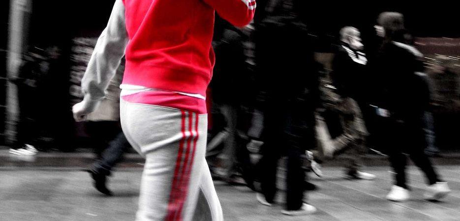Na co zwrócić uwagę wybierając sportowe dresy adidas?